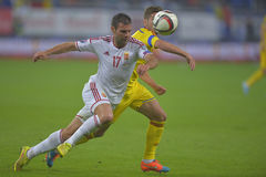 Fotbollsspelare som slåss för bollen Arkivbilder