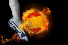 Fotbollsspelare som sparkar flamma den Spanien bollen Fotografering för Bildbyråer