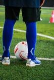 Fotbollsspelare testar sakkunskap om fotboll är i fotbollfältet arkivfoton
