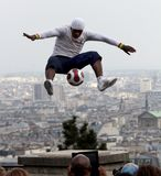 Fotbollsspelarefreestyler i Paris arkivbilder