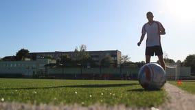 Fotbollsspelarekortslutningskörningar under övning stock video