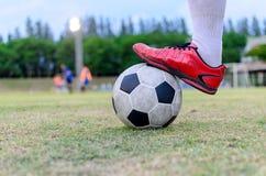 Fotbollsspelaremoment på fotboll Royaltyfria Bilder