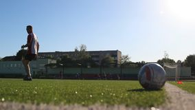 Fotbollsspelaren är köra och hoppa under utbildningen lager videofilmer