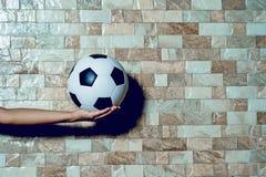 Fotbollsspelaren som övar fotbollbegrepp och där, är en kopia fotografering för bildbyråer