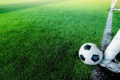 Fotbollstreckstolpe och bak mållinjen arkivfoton