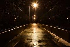 Fotbro på en regnig natt arkivfoton