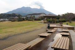 Fotbrunnsort i Japan framme av den aktiva vulkan fotografering för bildbyråer