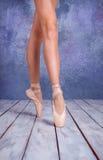 Foten av en ung ballerina i pointeskor Arkivfoto