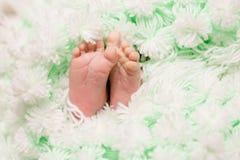 Foten av foten av ett nyfött behandla som ett barn arkivbilder