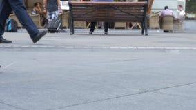 Foten av folknärbild, som promenerar en upptagen gata stock video