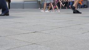 Foten av folknärbild, som promenerar en upptagen gata arkivfilmer