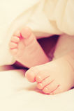 Foten av nyfött behandla som ett barn att sova Arkivfoton