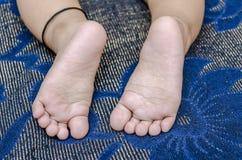 Foten av spädbarnet behandla som ett barn pojken Arkivbilder
