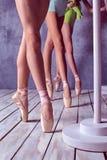 Foten av unga ballerina i pointeskor Royaltyfri Fotografi