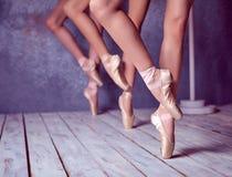 Foten av unga ballerina i pointeskor Royaltyfri Foto