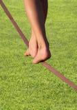 foten gräs över slackline arkivbilder