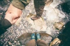 Foten kopplar ihop förälskade innehavhänder för mannen och för kvinnor Royaltyfri Bild