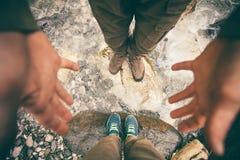 Foten kopplar ihop förälskat fotvandra för man som och för kvinnor är utomhus- Arkivbild