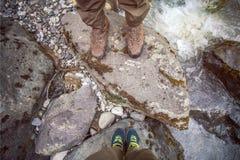 Foten kopplar ihop förälskat fotvandra för man som och för kvinnor är utomhus- Fotografering för Bildbyråer