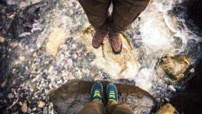 Foten kopplar ihop förälskat fotvandra för man som och för kvinnor är utomhus- Royaltyfri Bild