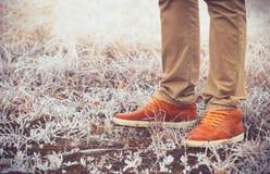 Foten Man att gå utomhus- livsstilmode Arkivfoton