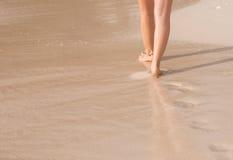 Foten promenerar kusten, fot arkivbilder