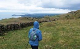 Fotgängare i en kulle i Co Nordliga Antrim kullar - Irland Royaltyfri Fotografi