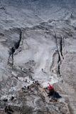 Fotgängare som säkras med rep som förbereder sig att korsa den alpina glaciären in Royaltyfri Bild