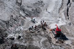Fotgängare som säkras med rep som förbereder sig att korsa den alpina glaciären in Royaltyfria Foton