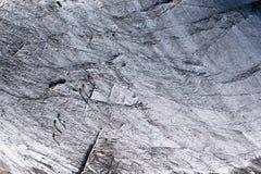 Fotgängare som säkras med rep som korsar den alpina glaciären i sommar Arkivfoton