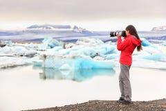 Fotógrafo da paisagem da natureza que toma em Islândia Imagens de Stock Royalty Free