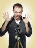 Fotógrafo dado una sacudida eléctrica con la cámara retra Fotos de archivo