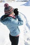 Fotógrafo de la muchacha en la naturaleza en invierno Fotografía de archivo libre de regalías