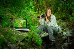Fotógrafo de sexo femenino joven hermoso en la selva Imagen de archivo libre de regalías