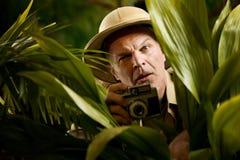Fotógrafo del explorador que oculta en la vegetación Imagenes de archivo