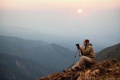 Fotógrafo en montañas Fotografía de archivo libre de regalías