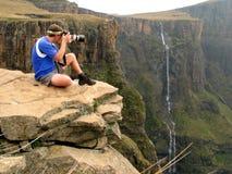 Fotógrafo en roca Foto de archivo libre de regalías