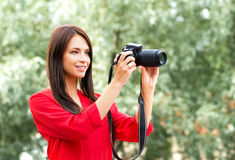 Fotógrafo fêmea amador novo com uma câmera do dslr Fotografia de Stock