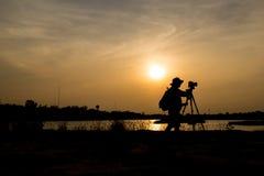 Fotógrafo um lago no por do sol Imagens de Stock Royalty Free