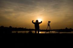 Fotógrafo un lago en puesta del sol Foto de archivo