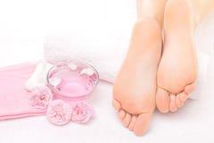 Fotmassage i brunnsorten med rosa färgrosen Royaltyfria Bilder