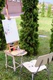 Fotoämnen av konstnärteckningen som in lokaliseras, parkerar utomhus Royaltyfri Foto