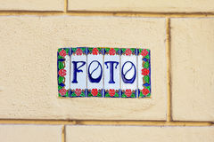 Foto λέξης στα διακοσμητικά κεραμικά κεραμίδια Στοκ Εικόνες