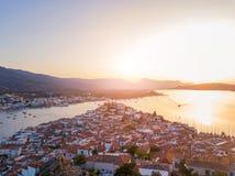 Foto aérea da opinião do olho do ` s do pássaro do zangão do por do sol na ilha de Poros, Grécia imagens de stock royalty free