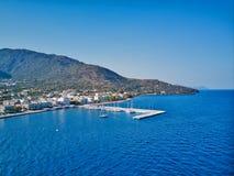 Foto aérea da opinião do olho do ` s do pássaro do zangão do porto com águas calmas, Grécia do iate fotografia de stock royalty free
