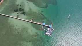 Foto aérea da opinião superior do zangão do cais na praia de Rawai em Phuket fotos de stock