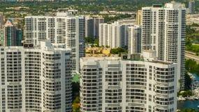 Foto aérea de los apartamentos residenciales genéricos del condominio foto de archivo libre de regalías