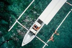 Foto aérea de pares jovenes el los días de fiesta que nadan en el océano Imagen de archivo