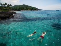 Foto aérea de pares jovenes el los días de fiesta que nadan en el océano Foto de archivo libre de regalías
