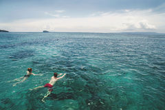 Foto aérea de pares novos nos feriados que nadam no oceano Imagens de Stock Royalty Free